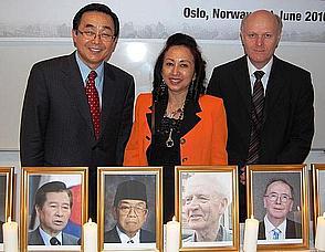I midten: General Counselar Indonesias ambassade